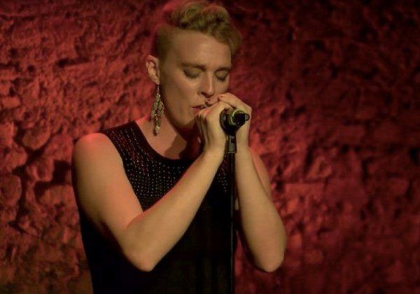 Cantora internacional morre em palco aos 35 anos