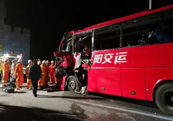 Pelo menos 36 pessoas morreram na colisão de um autocarro na China