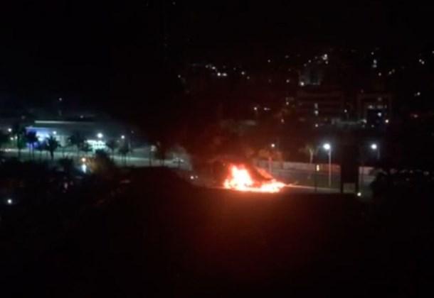 Ônibus incendiado no Stiep, na última quinta-feira (10). (Foto: Reprodução Facebook)