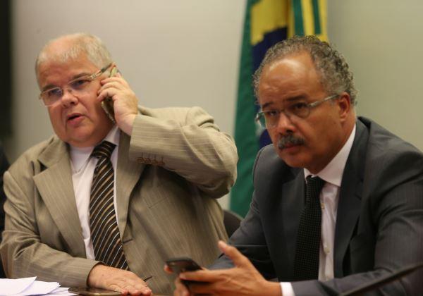 Brasília - Os deputados Lucio Vieira Lima e Vicente Candido, presidente e relator da Comissão Especial da Reforma Política, respectivamente (Foto: Fabio Rodrigues Pozzebom/Agência Brasil