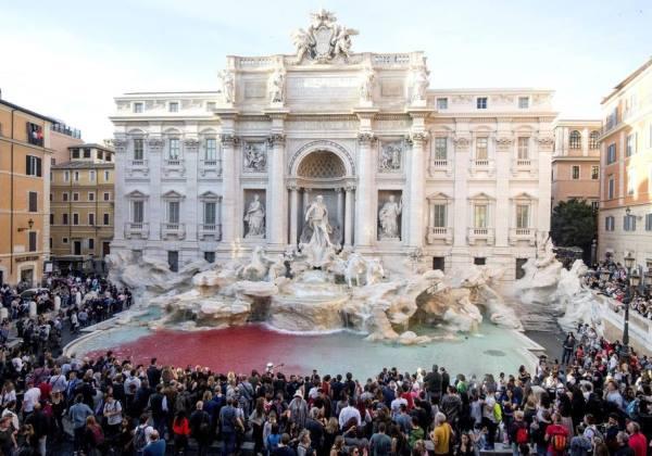 Homem tinge águas da Fontana di Trevi de vermelho