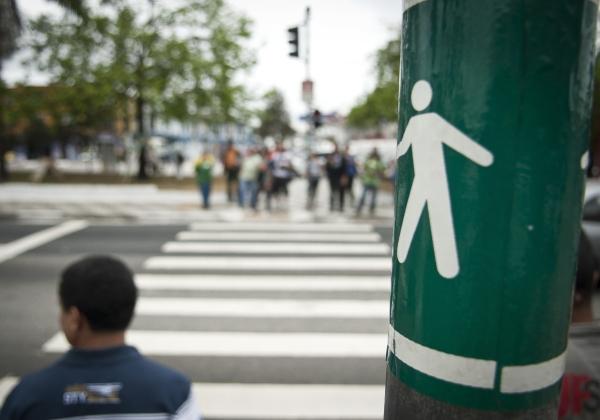 Pedestres e ciclistas poderão ser multados a partir do próximo ano