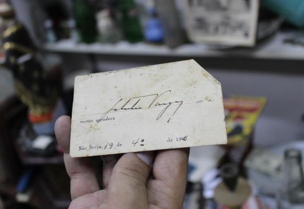Um cartão de Getúlio Vargas, de 1946, assinado pelo próprio.