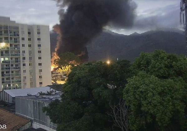 Incêndio toma conta de galpão dos Estúdio Globo, o Projac