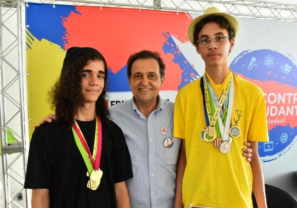 Secretário Walter Pinheiro com Luan (à esquerda) e Dikson,  medalhistas da OBMEP (Foto: Divulgação/GOVBA)