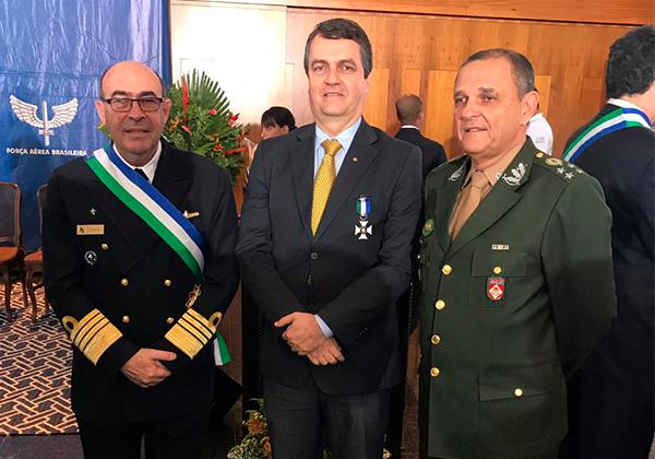 Henrique Trindade ladeado pelo Almirante de Esquadra Viveiros e pelo General de Exército Artur Costa Moura. Foto: Divulgação