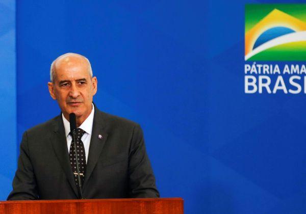 O presidente Jair Bolsonaro dá posse ao ministro da Secretaria de Governo, Luiz Eduardo Ramos, no Palácio do Planalto.