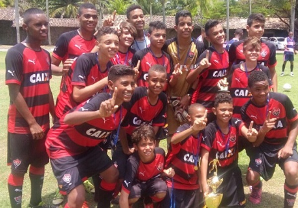 Foto  L12 Notícia Foto  L12 Notícia. O Esporte Clube Vitória está em busca  ... 0c3f18937cdeb