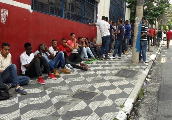 Candidatos aguardam atendimento em fila de agência de emprego (Foto: Cesar Itiberê/Fotos Públicas)