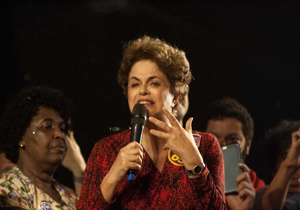 """RJ - PROTESTO-PRIMAVERA-DAS-MULHERES-COM-DILMA - GERAL - A ex-presidente Dilma Rousseff participa de protesto denominado """"Primavera das Mulheres"""", no Largo da Carioca, no Rio de Janeiro (RJ), nesta quarta-feira (21). 21/09/2016 - Foto: KAUE PALLONE/FUTURA PRESS/FUTURA PRESS/ESTADÃO CONTEÚDO"""