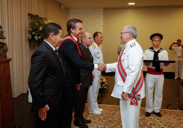 Presidente Jair Bolsonaro recebe homenagem da Marinha (Foto: Alan Santos/PR)