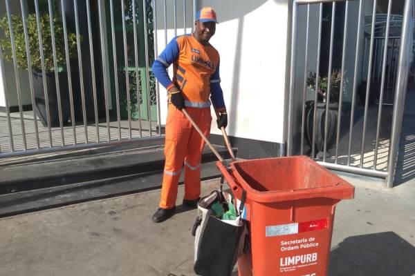 Genilson Silva é gari há 2 anos e após os dias de trabalho durante o carnaval costuma curtir o dia de arrastão da Barra a Ondina. (Foto: Bianca Rocha/Bahia BA)