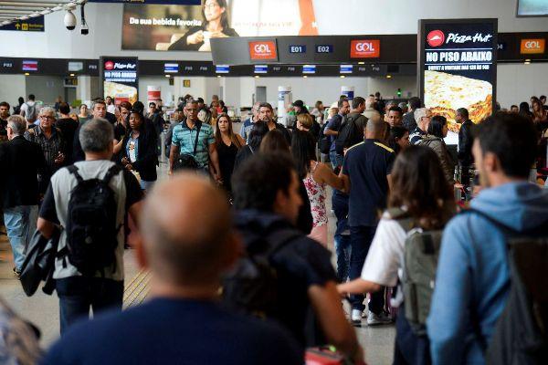 Rio de Janeiro - Aeroporto do Galeão apresenta fluxo intenso de passageiros no primeiro dia de transferências de voos do Santos Dumont. (Foto: Tomaz Silva/Agência Brasil)