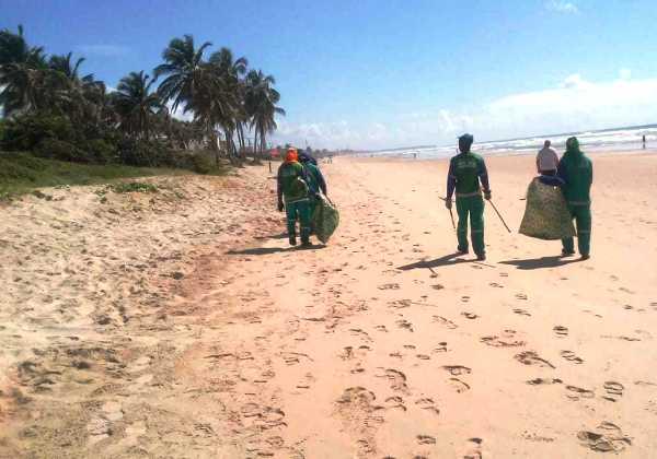 Prefeitura monta procedimentos para retirada de manchas de óleos nas praias