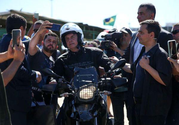 O presidente Jair Bolsonaro em dia de folga, anda de moto, toma caldo de cana na feira da Torre de televisão e tira fotos com populares, acompanhado do ministro da Secretaria de Governo, Luiz Eduardo Ramos