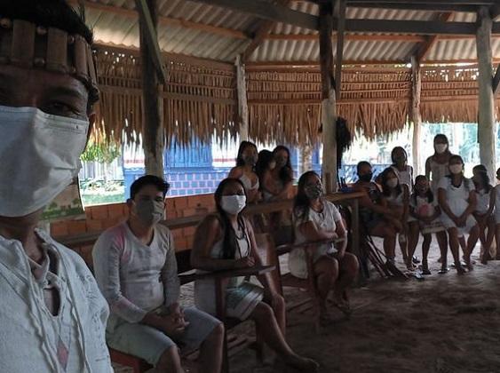 O avô cacique destaca que as reuniões na aldeia agora são sempre de máscara - Arquivo pessoal / Cacique Francisco Uruma