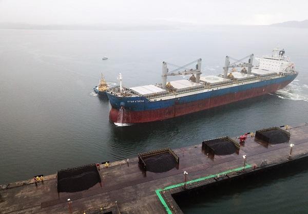 Navio Star Athena, de bandeira Norueguesa, atraca no Terminal de Uso Privativo (TUP) da Enseada para receber carregamento de minério de ferro baiano. (: Divulgação / Ascom Enseada)