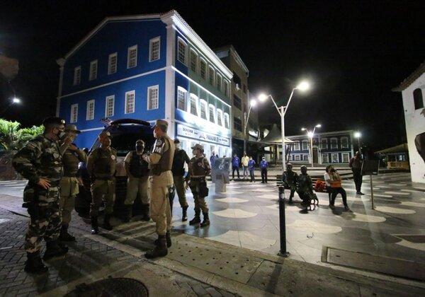 Policiais realizam patrulhamento durante decreto de toque de recolher (Foto: Alberto Maraux/SSP-BA)