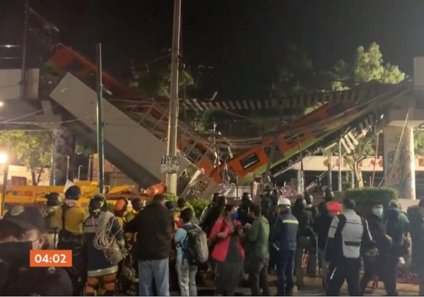 Bombeiros e equipes de resgate trabalham para retirar vítimas de vagão (Imagem: Reprodução/TV Globo)