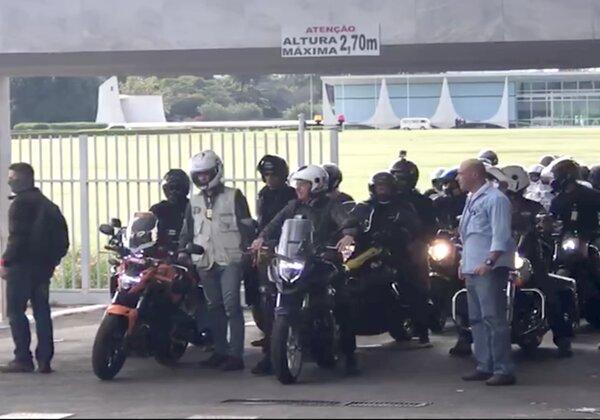 Bolsonaro realiza passeio de moto com apoiadores em Brasília (Imagem: Reprodução/YouTube)