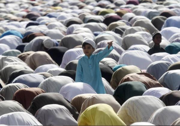 Menino em uma mesquita do Paquistão Athar Hussain - 25.set.15 | Foto: Reuters