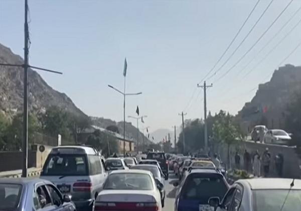 Afegãos tentam deixar o país em direção ao Paquistão (Foto: Reprodução/CNN)